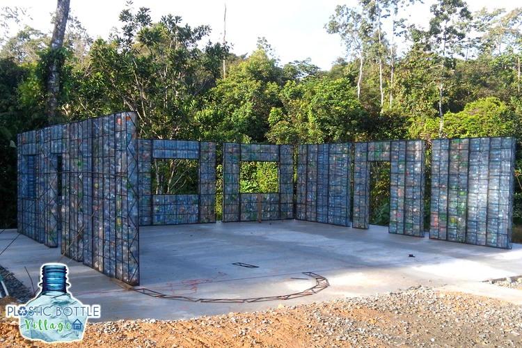 Die Wände sind durch Stahlgitter stabilisiert. (Foto: Plastic Bottle Village)