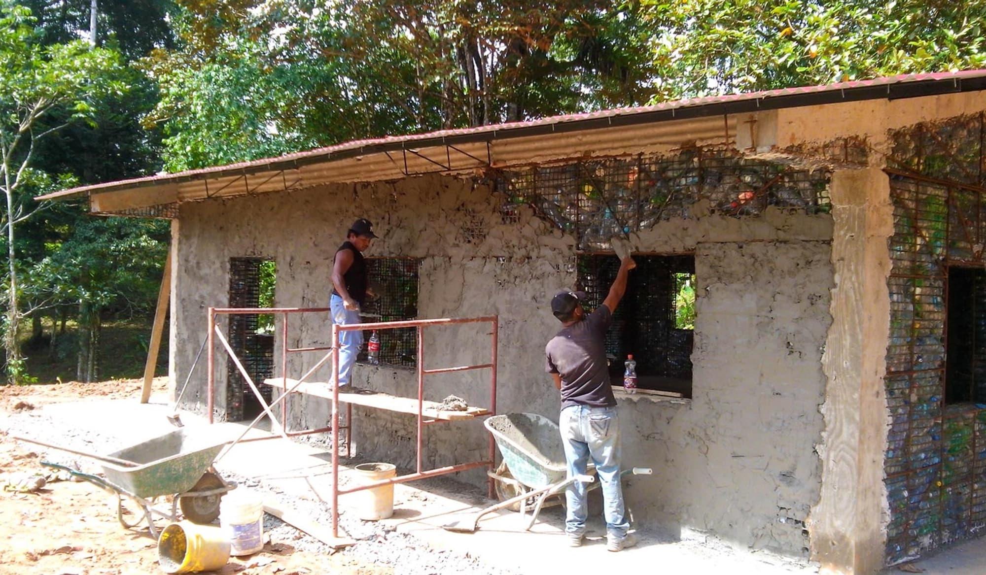 Am Schluss entstehen ganz normale Häuser in Bungalow-Bauweise. (Foto: Plastic Bottle Village)